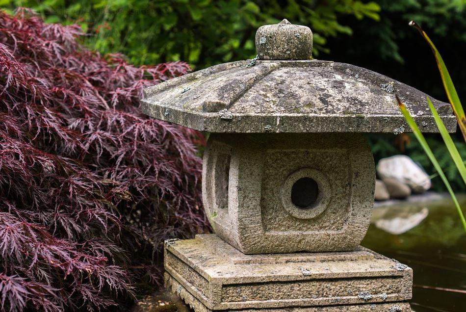 Steinlaternefür den Garten daheim