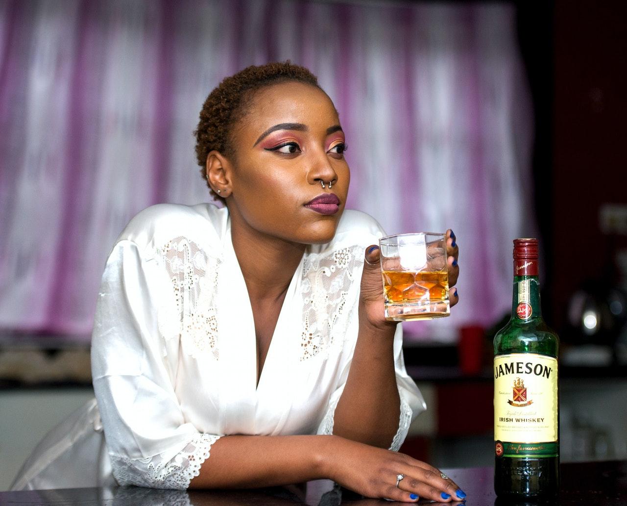 Frau trinkt Jameson Whisky